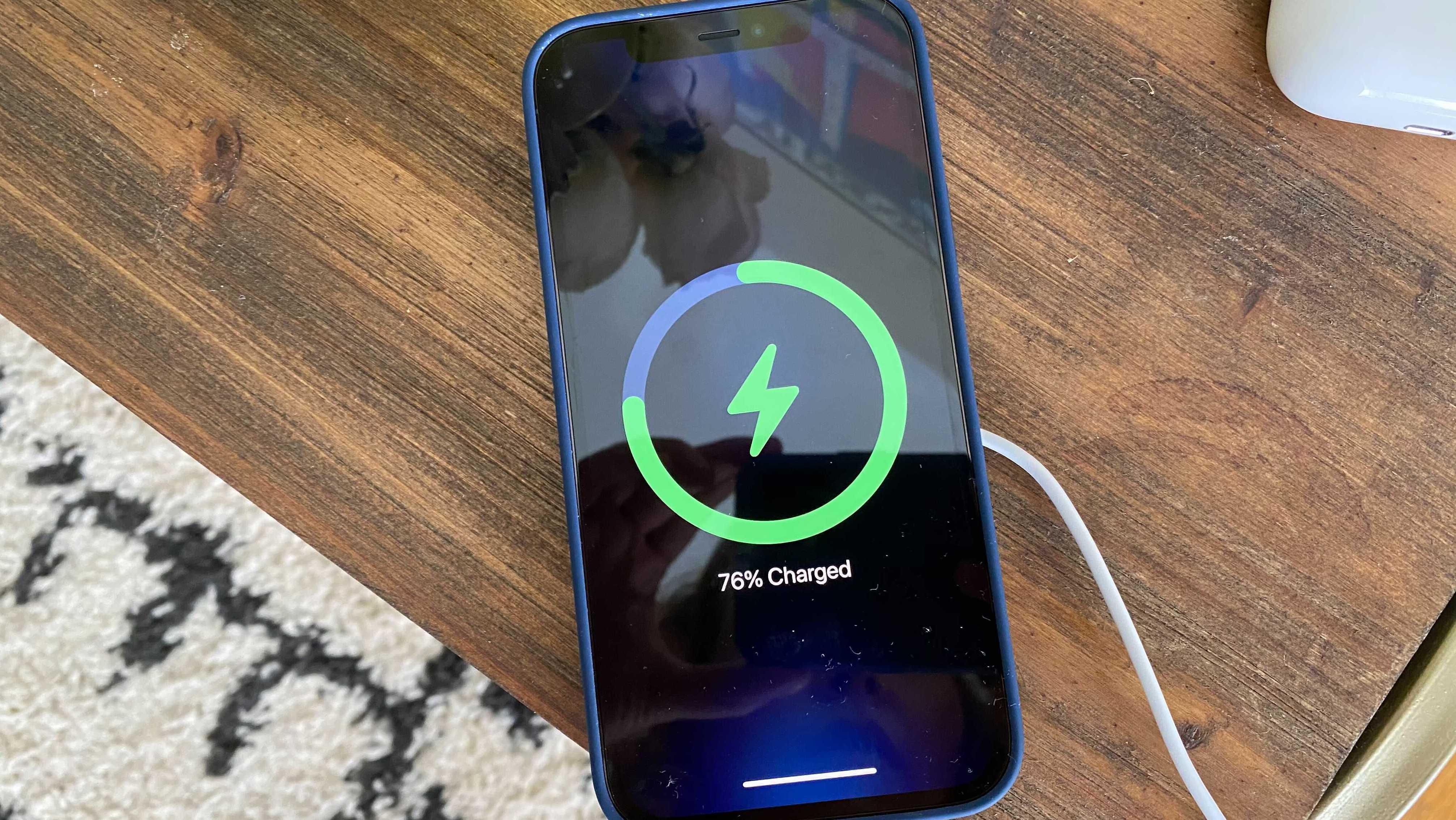 Sạc không dây MagSafe của Apple vẫn còn một chặng đường dài nữa mới đạt đến sự… hoàn hảo